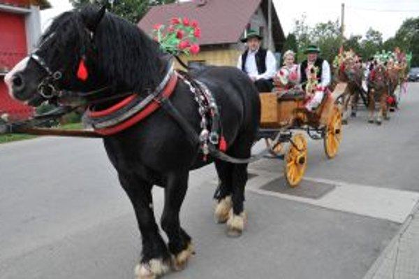 Tradičná svadba zo začiatku minulého storočia sa návštevníkom Gajdovačky páčila.