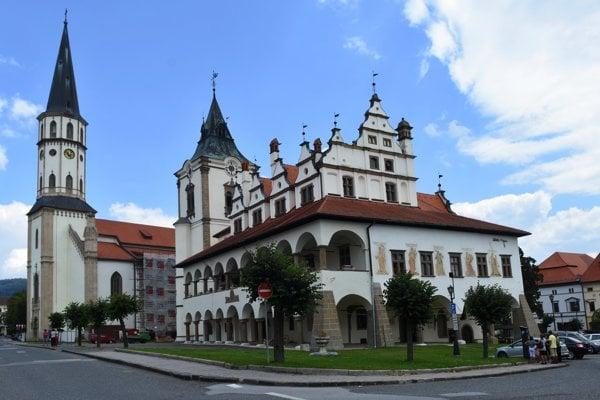 Na snímke vpravo historická budova radnice a Chrám Svätého Jakuba (vľavo v pozadí) na Námestí Majstra Pavla v meste Levoča