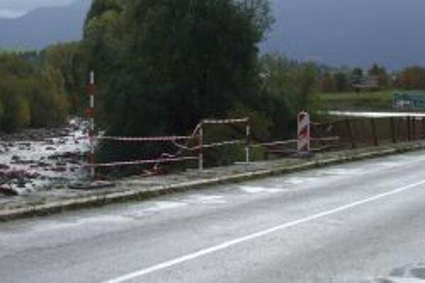 Zábradlie na moste zničila dopravná nehoda.