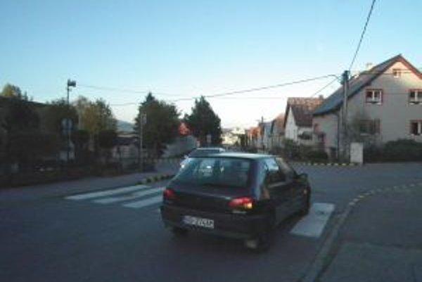 Križovatka na Hattalovej. Rýchle autá vynáša do záhrady pri dome oproti.