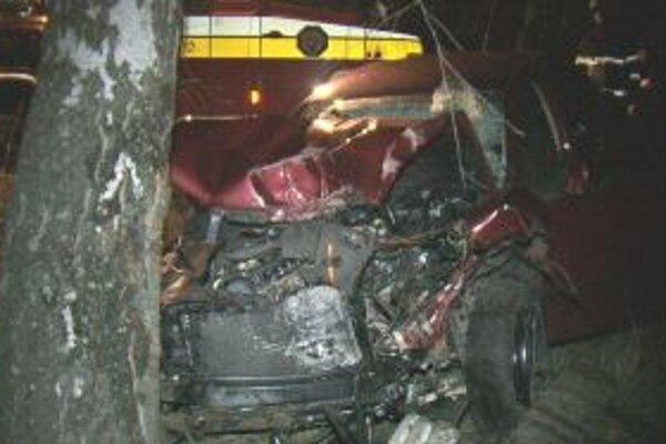 Pasažieri utrpeli v zničenom aute len ľahké zranenia.