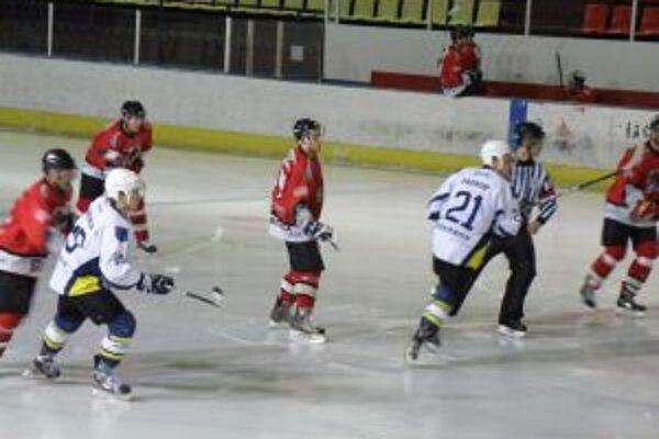 Hokejisti Pov. Bystrice (v červenom) zdolali Sp. Novú Ves.