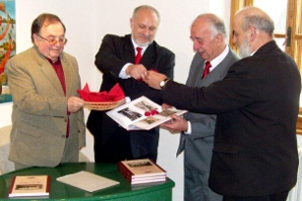 Novú knihu o meste vyprevadil za čitateľmi vlani v apríli v Oravskej galérii aj primátor Roman Matejov.