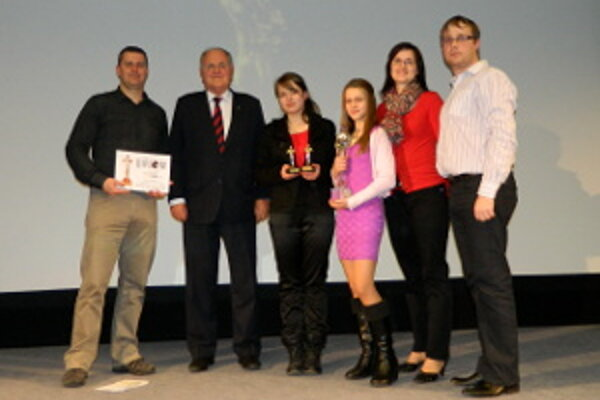 Oravčania získali hlavnú cenu ministerstva školstva. Odovzdal im ju minister Dušan Čaplovič.