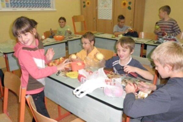 Na výrobe dobrôt sa podieľali aj deti.