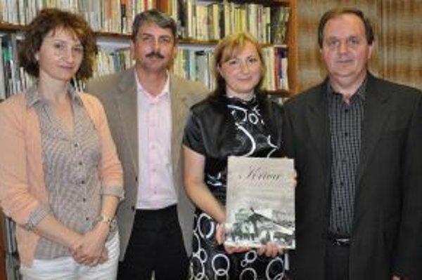 Manželia Zajacovci (vpravo) so starostom Džubekom s manželkou a víťaznou monografiou.