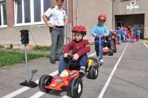 Deti s radosťou vyskúšali parametre ihriska aj dopravných prostriedkov.