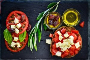 Olivový olej a svieža chuť paradajok sú neodmysliteľnou súčasťou stredomorskej kuchyne.