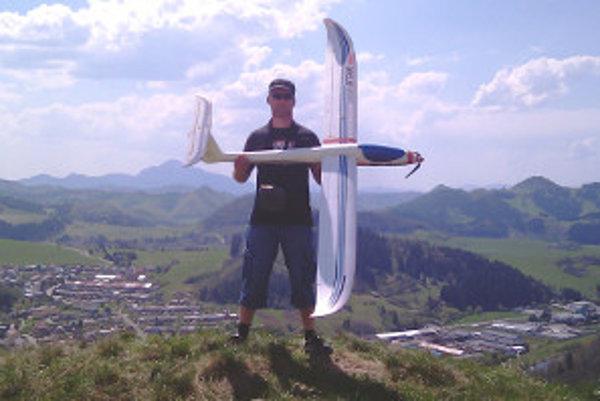 Juraj Reguly spojil dve záľuby - fotenie a modely lietadiel.