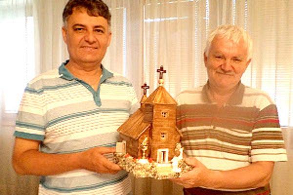Pavol Ružvoň (vpravo) urobil pre námestovského dekana Blažeja Dibdiaka kostolík zo špajdlí.