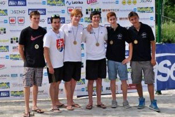 Vľavo Martin a Jakub Stanovský spoločne s posádkami z Nového Zélandu a Talianska.
