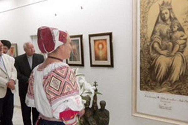 Otvorenie výstavy. Vľavo autor Stano Dusík, vedľa neho spišský biskup Štefan Sečka.