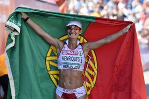 Portugalská chodkyňa Ines Henriquesová sa teší zo zisku zlatej medaily v chôdzi žien na 50 km.