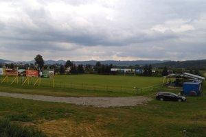 Na ihrisko v Kotešovej je výborný výhľad z neďalekého hlavného cestného ťahu.
