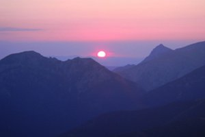 Východ slnka nad hrebeňom Roháčov.