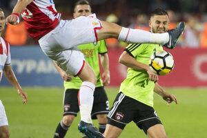 NHráč FC Spartak Trnava Anton Sloboda )vpravo) a Milan Rodič (Belehrad) v súboji počas zápasu.