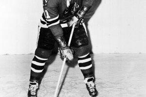 Stan Mikita v roku 1961 pózuje v drese svojho osudového klubu Chicago Blackhawks.