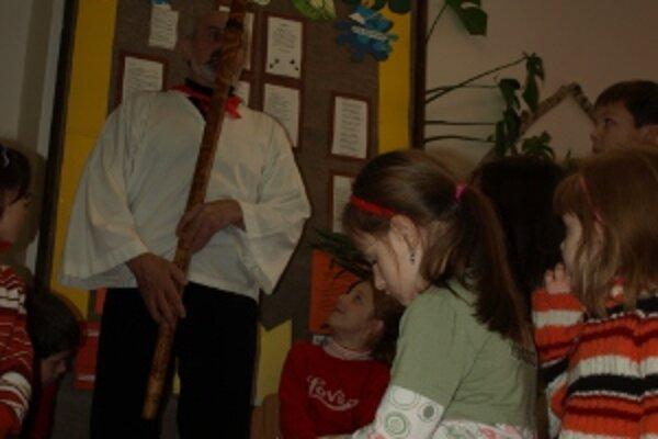 Deti boli vystúpením učiteľa unesené.