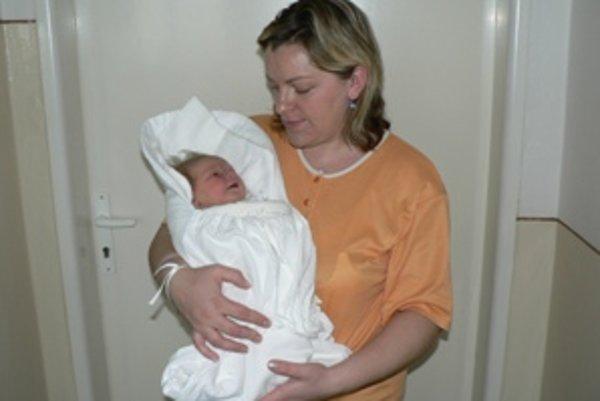 Do rodiny Skočíkovcov z Dolného Kubína pribudla k 2-ročnému Adamovi dcéra Michaela. Je prvou Dolnokubínčankou narodenou v novom roku.