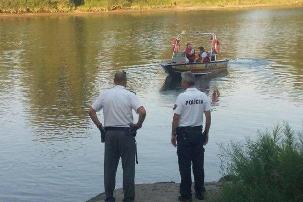 Policajti s hasičmi prehľadávajú Váh.