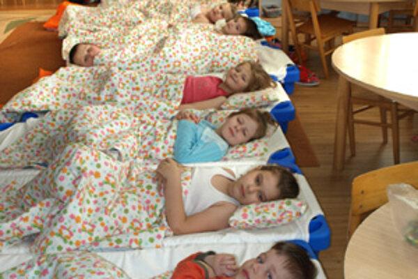 Dnes majú deti dostatok hračiek aj pekné triedy. Pred časom dostali nové lehátka na spanie.