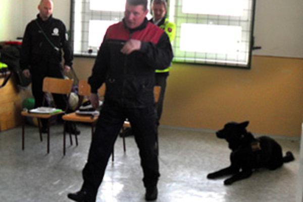 Policajti vo vasiľovskej škole.
