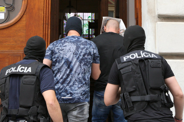 Na Špecializovaný trestný súd do Banskej Bystrice v piatok popoludní priviezli štyroch mužov obvinených z korupcie 15. júna 2018.