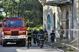 Kedysi jeden z najluxusnejších hotelov zachraňovalo desať profesionálnych a päť dobrovoľných hasičov, požiar v krátkom čase uhasili.