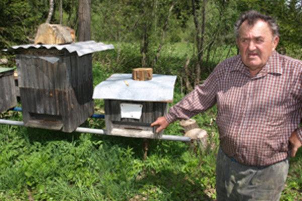Včely sú pre Jozefa Bielaka relaxom, rád ich sleduje, oddychuje pri nich.