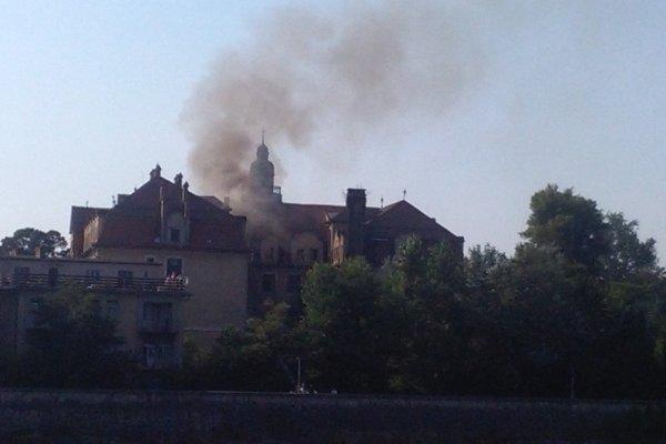 Pohľad na požiar hotela z Kúpeného ostrova.