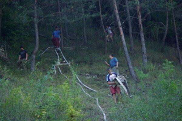 Profesionálom pomáhali dobrovoľníci z celej doliny.