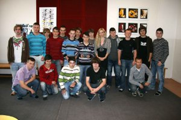 Učiteľka Beáta Ľubová s triedou Zelených nadšencov.