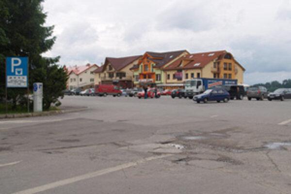 Záchytné parkovisko pri Oravskej priehrade. Osobné autá tam parkujú bezplatne.