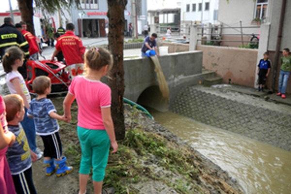 Upravené koryto miestneho potoka na množstvo zrážok nestačilo.