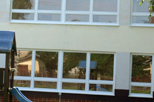 Najviac tepla uniká z materskej školy cez okná. Obec cez prázdniny polovicu vymenila.