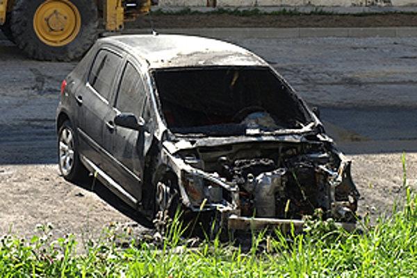Z čierneho Peugeota zostal len obhorený vrak.