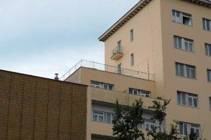 Čierna stavba už neruší pohľad na modernistickú budovu z 30. rokov 20. storočia.