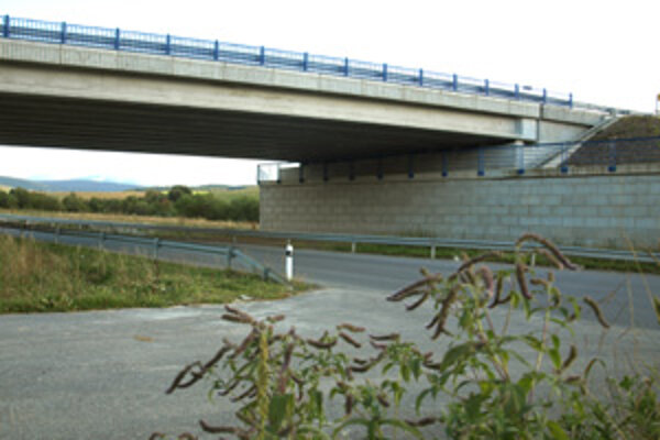 Obchvat Trstenej je otvorený od novembra 2010. Ďalší úsek, okolo Tvrdošína, by mala diaľničná spoločnosť začať stavať o dva roky.