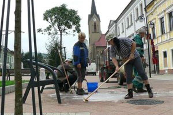 Upratovanie po jarmoku. Mesto trápi špinavá dlažba na novom námestí, znečisťovateľov chce pokutovať.