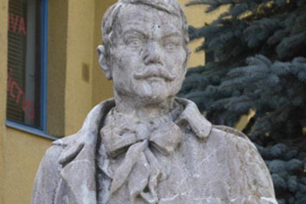 Socha básnika stojí na Hviezdoslavovom námestí.