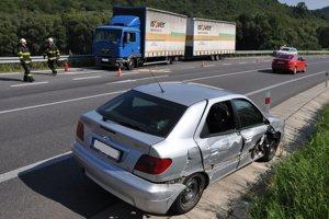Citroën skončil po nehode v protismere, kamión na zvodidlách.