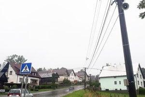 Kamery na stĺpe na vstupe do dediny od Vitanovej.