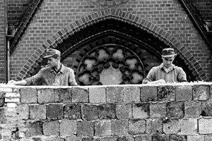 Na archívnej snímke z 22. augusta 1961 východonemeckí robotníci stavajú Berlínsky múr.