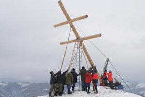 Pri dvíhaní dreveného kríža sa skupina chlapov poriadne zapotila.