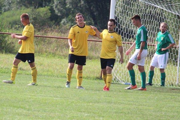 Hráči Ďurčinej (v žltom) deklasovali Strážu.