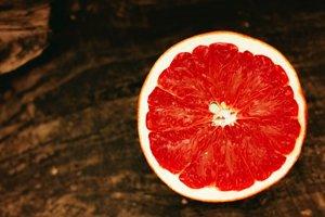 Jeden stredne veľký ružový alebo červený grapefruit telu dodá viac než desatinu dennej dávky vitamínu A.