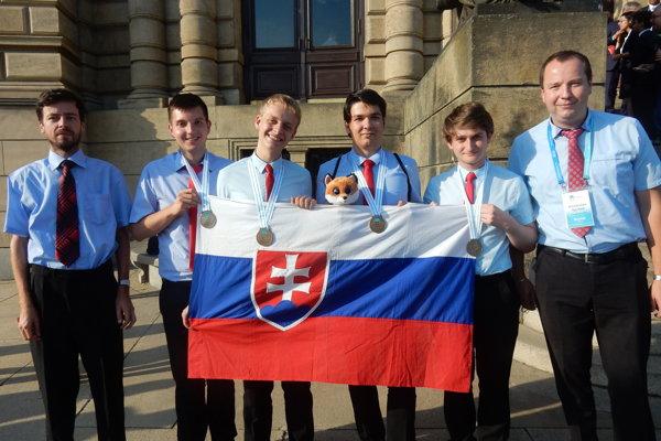 Členovia slovenského tímu si odniesli zchemickej olympiády cenné kovy.