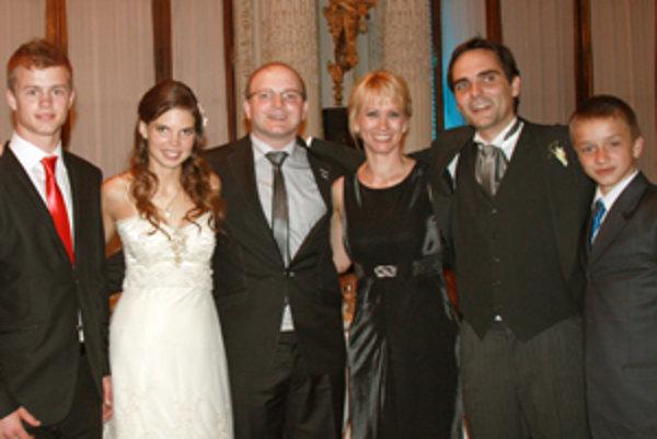 Rodina Metesová s Pedrom (druhý sprava) a jeho manželkou Eugeniou (druhá zľava).