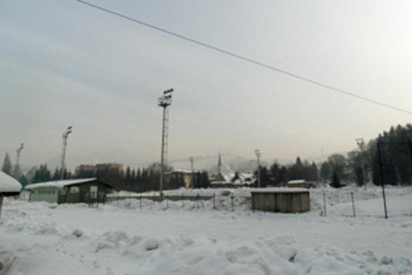 Ihrisko s umelou trávou pri rieke Orave pod Kuzmínovom.