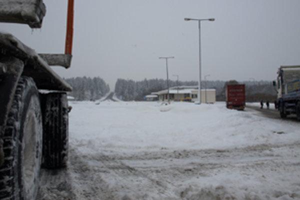 Cestu prvej triedy, ktorou kedysi prechádzali autá, dnes pod haldami snehu takmer nevidieť.